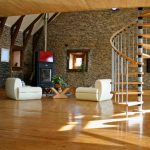 escalera de madera de caracol