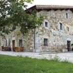 Hotel Unanue_Fachada-principal_ventanas y puertas de madera