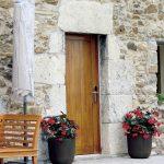 Puerta de entrada madera maciza en agroturismo