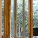 Ventanal de madera Hotel Arima